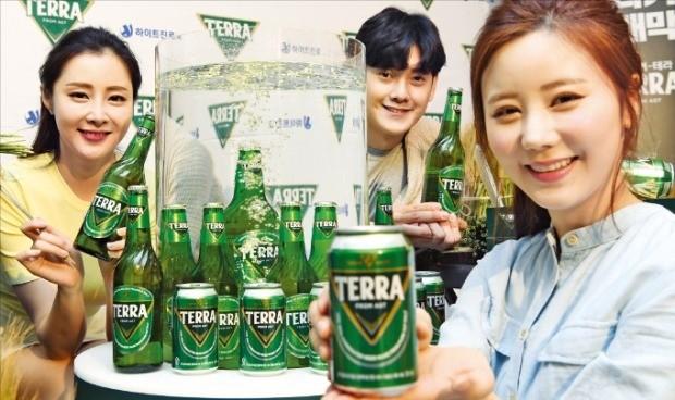 하이트진로가 13일 서울 웨스틴조선호텔에서 맥주 신제품 테라를 선보였다. 355mL 캔과 500mL 병 제품으로 오는 21일부터 판매가 시작된다. /허문찬  기자 sweat@hankyung.com