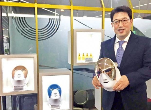김일수 셀리턴 대표가 LED 마스크의 효능을 설명하고 있다.  /전설리 기자
