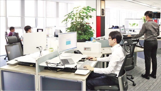 지난 11일 스마트오피스 리모델링을 마친 서울 중학동 SKC 본사에서 직원들이 업무를 하고 있다.  /SKC 제공
