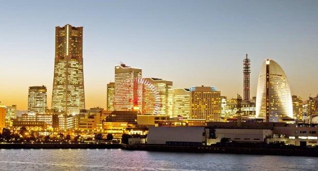요코하마 항 근처의 오산바시에서 바라본 요코하마의 화려한 야경.