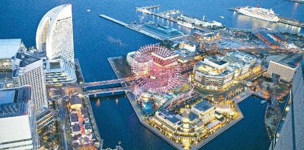 요코하마 도시재생의 상징인 미나토미라이 지역의 야경. 바다를 메워 만든 곳이다.