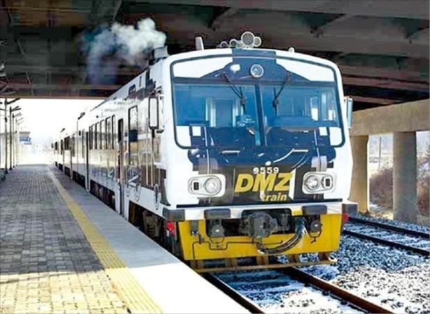 서울~도라산역을 운행하는 평화관광 열차 'DMZ 트레인'.  한국관광공사 제공