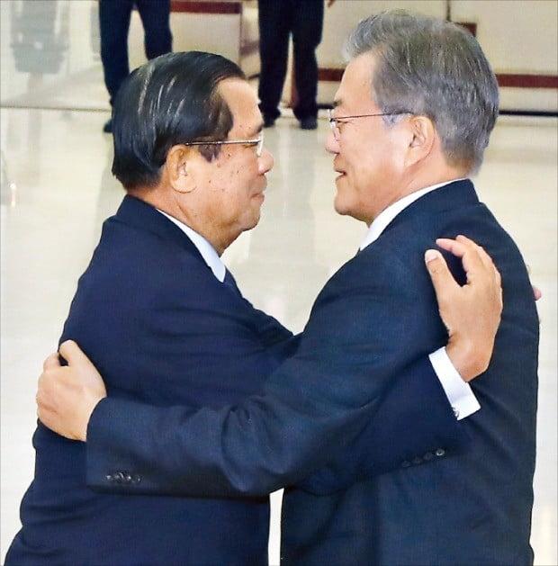 캄보디아를 국빈 방문한 문재인 대통령이 15일(현지시간) 프놈펜 평화궁에서 정상회담에 앞서 훈센 총리와 포옹하고 있다.  /연합뉴스