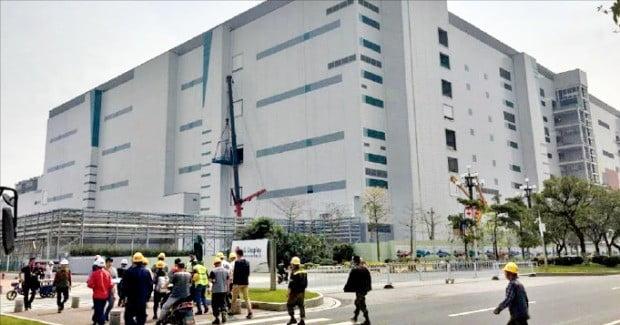 건설근로자들이 오는 8월 가동을 앞둔 LG디스플레이 중국 광저우 OLED(유기발광다이오드) 공장 앞 도로를 건너고 있다.  /노경목  특파원