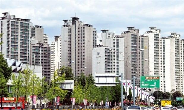 서울 아파트 공시가격이 큰 폭으로 오르면서 다주택자의 세 부담이 커질 것으로 예상된다. 전문가들은 세금 절감을 위해 부부간 증여와 급매물 처분 등이 늘 것으로 내다봤다.  /한경DB