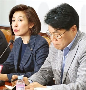 나경원 한국당 원내대표(왼쪽)가 이날 국회에서 열린 '4대 악법 저지 긴급대책회의'에서 발언하고 있다. /김영우  기자 youngwoo@hankyung.com