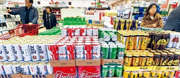 지난해 맥주 수입액이 3억달러를 돌파하는 등 수입맥주 열풍이 이어지고 있다. 서울시내 한 대형마트에 수입맥주가 쌓여 있다. 740mL 대용량 버드와이저 맥주가 3캔에 9000원에 팔리고 있다.  /허문찬  기자  sweat@hankyung.com