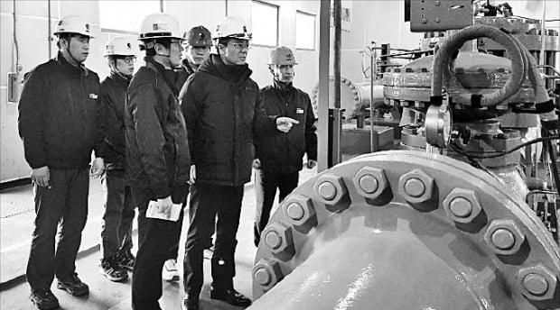 김영두 한국가스공사 사장 직무대리(앞줄 가운데)가 이달 초 인천지역본부 경서관리소를 찾아 천연가스 공급 시설 안전 점검을 시행했다. /한국가스공사 제공