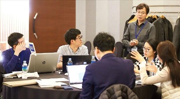 지난달 27일 서울 메이필드호텔에서 열린 중개연구 실전사례 워크숍 'LAB2IND'에서 참가자들이 과제에 대해 논의하고 있다.  /범부처신약개발사업단 제공
