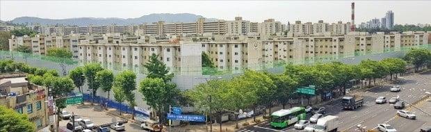 기존 주택을 철거하는 과정에서 석면 처리를 둘러싼 인근 주민들의 항의로 서울 둔촌동 둔촌주공아파트의 재건축사업이 표류하고 있다.  /한경DB