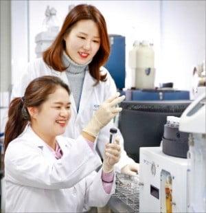코웨이 물맛연구소 연구원들이 정수기 물맛을 시험하고 있다. /코웨이 제공