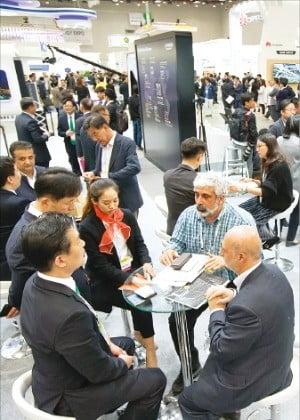 지난해 4월 엑스코에서 열린 대구국제그린에너지엑스포에서 해외 바이어들이 국내 참가 업체와 상담하고 있다.  /엑스코 제공