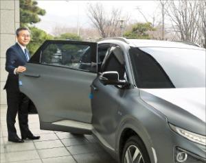 성윤모 산업통상자원부 장관이 관용차로 사용하는 수소차 '넥쏘'에 오르고 있다.