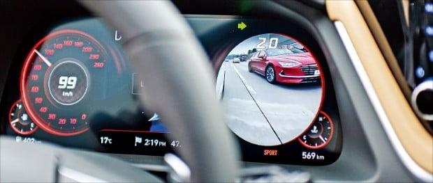 방향지시등을 켜면 좌우 사각지대 영상을 띄우는 '후측방 모니터 시스템'.