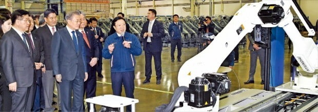 문재인 대통령이 22일 '로봇산업 육성전략 보고회'가 열린 대구 현대로보틱스에서 권오갑 현대중공업지주 부회장(맨 왼쪽), 성윤모 산업통상자원부 장관 등과 로봇 시연을 보고 있다. /허문찬 기자 sweat@hankyung.com