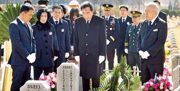 이낙연 국무총리(가운데)가 22일 국립대전현충원에서 열린 '제4회 서해수호의 날' 행사에 참석해 피우진 국가보훈처장(왼쪽 두 번째), 정경두 국방부 장관(세 번째)과 함께 천안함 46용사 묘역을 참배하고 있다.   /대전=김범준  기자  bjk07@hankyung.com