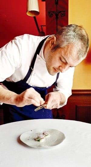 신세계조선호텔 레스케이프는  뉴욕 미쉐린 2스타 레스토랑 '더 모던'과 손잡고 만찬 행사를 열었다.