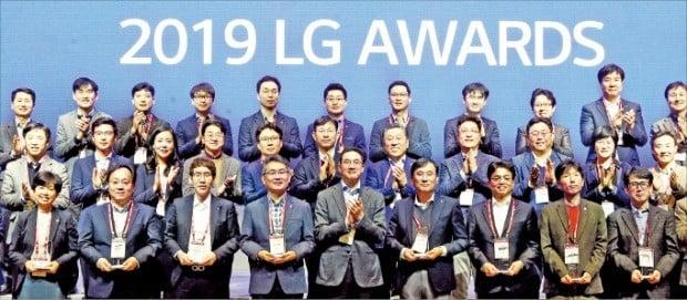 구광모 LG그룹 회장(앞줄 가운데)이 21일 서울 마곡동 LG사이언스파크에서 열린 'LG 어워즈'에서 수상자들과 기념촬영을 하고 있다. /LG 제공