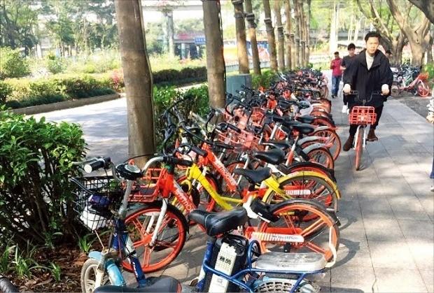 중국 선전 시내에 오포의 노란색 공유자전거가 사라졌다. 빈자리는 빨간색 모바이크가 채웠다.