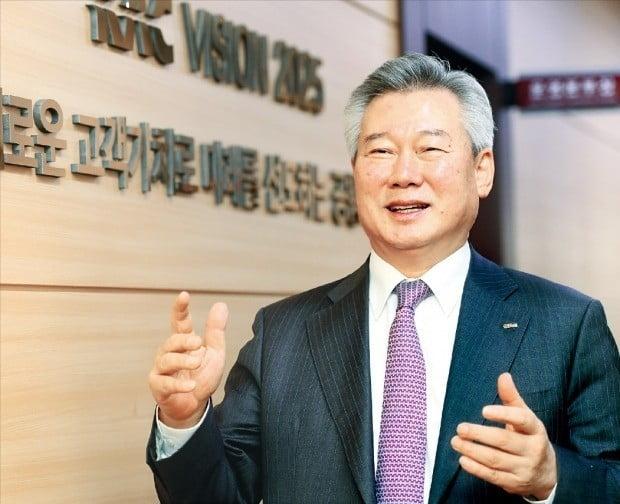"""손창완 한국공항공사 사장은 24일 한국경제신문과의 인터뷰에서 """"누구나 부담 없이 공항을 이용할 수 있도록 하는 것이 '교통민주화'""""라고 말했다.  /강은구  기자  egkang@hankyung.com"""