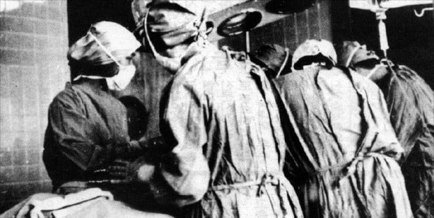 서울성모병원(옛 명동 성모병원) 의료진이 1969년 3월 25일 국내 첫 장기이식 수술을 하고 있다.   /서울성모병원  제공