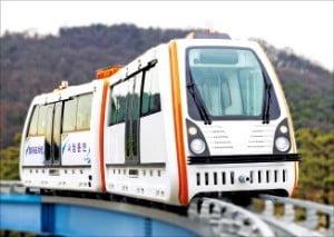 월미궤도차량이 오는 6월 말 월미도관광레일 완공을 앞두고 시험운행을 하고 있다.  /인천교통공사  제공