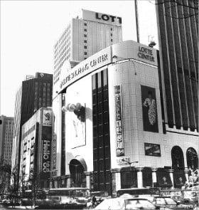 1988년 롯데백화점 본점 외관에 매장 확장을 홍보하는 현수막이 걸려 있다.  /롯데 제공