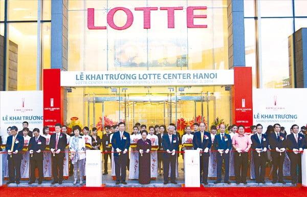 신동빈 롯데그룹 회장(왼쪽 다섯 번째)이 2014년 베트남 하노이에서 열린 '롯데센터 하노이' 개소식에서 참석자들과 함께 테이프를 자르고 있다.  /롯데 제공