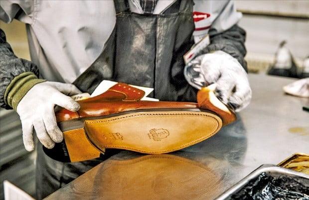 금강제화, 3D 시뮬레이션으로 1500개 구두골 확보…한국인의 발에 가장 딱 맞는 신발 만든다