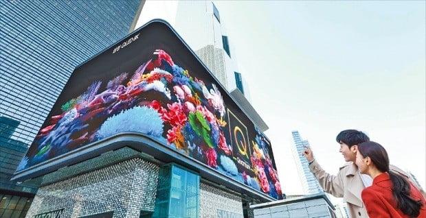 삼성전자는 2019년형 QLED 8K TV 출시를 기념해 서울 삼성동 코엑스 일대 옥외광고 자유표시구역 K팝 스퀘어와 현대백화점 무역센터점에 디지털 사이니지(광고판) 광고를 선보였다고 27일 발표했다. 바닷속을 유영하는 물고기가 사이니지를 넘나드는 모습을 통해 QLED 8K의 우수한 화질과 풍부한 색 재현력을 직관적으로 표현했다고 회사 측은 설명했다.  /삼성전자 제공