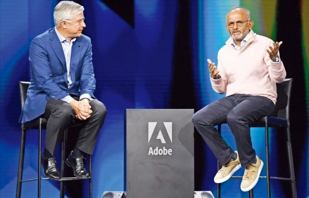 샨타누 나라옌 어도비 최고경영자(CEO·오른쪽)와 허버트 졸리 베스트바이 CEO가 26일(현지시간) 미국 라스베이거스에서 열린 '어도비 서밋 2019'에서 빅데이터 기반 고객경험관리의 중요성에 대해 의견을 나누고 있다.  /어도비 제공
