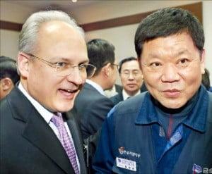 아태본부 개소식에 참석한 배리 엥글 GM 사장(왼쪽)과 임한택 노조위원장.  /연합뉴스