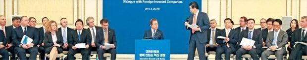 문재인 대통령이 28일 청와대 영빈관에서 열린 '외국인 투자 기업인과의 대화' 행사에 참석해 제임스 김 주한 미국상공회의소 대표의 의견을 듣고 있다.   /허문찬 기자 sweat@hankyung.com