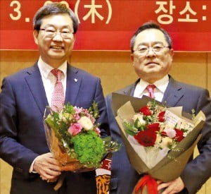 구자열 LS그룹 회장(오른쪽)이 28일 고려대 교우회장에 취임한 후 정진택 고려대 총장의 축하를 받고 있다.  /고려대 제공