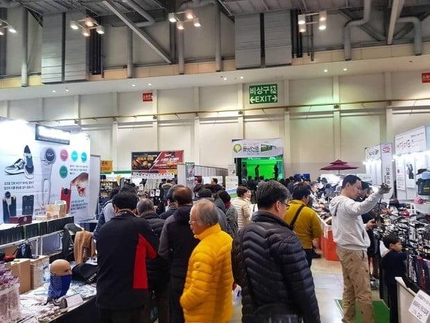 21일 부산 벡스코에서 열린 2019 더골프쇼 in 부산에 관람객들이 상품들을 살펴보고 있다.  /골프존 제공