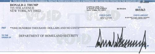 멕시코 장벽 추진하는 트럼프, 국토안보부에 급여 1억원 기부