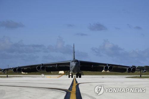 美 전략폭격기 남중국해 비행…中, 폭격기 전진배치
