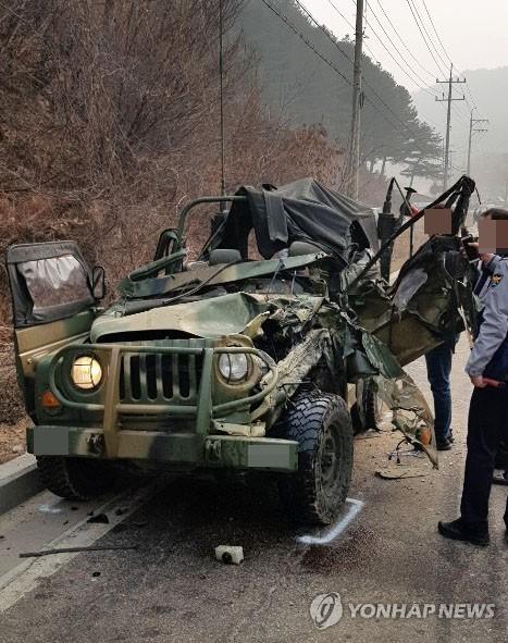 내리막길 화물차가 군용지프 '꽝'…군인 2명 사망·4명 중경상