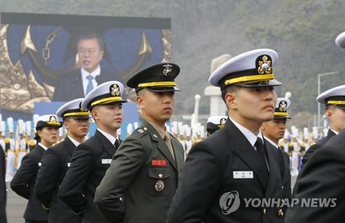 독도함 처음 탄 문대통령…해군 신임 소위들에 직접 계급장