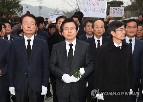 """봉하마을 참배한 황교안 """"노무현 통합과 나라사랑 정신 되새겨"""""""