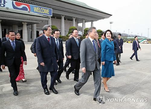 문대통령, 한·말레이 비즈니스포럼 참석 후 캄보디아行