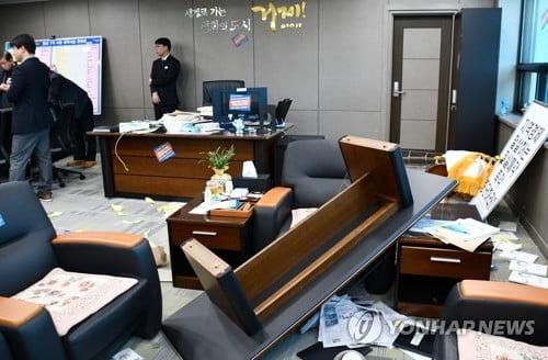 경찰, 거제시장실 점거 난동 대우조선 노조원들 상대 수사