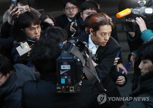 """'성관계 몰카' 정준영 21시간 경찰조사…""""'황금폰' 제출했다"""""""