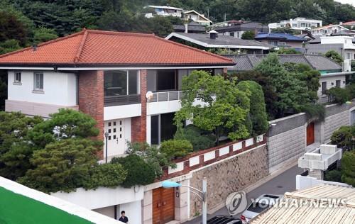 전두환 자택 공매 일단 중단…법원, 집행정지 결정