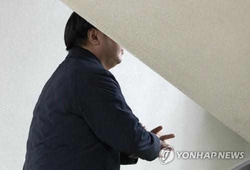 '거액 탈세 혐의' 아레나 실소유주, 취재진 피해 영장심사 출석