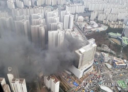 용인 롯데몰 신축공사장 큰 불길 잡아…중상 1명ㆍ부상 7명