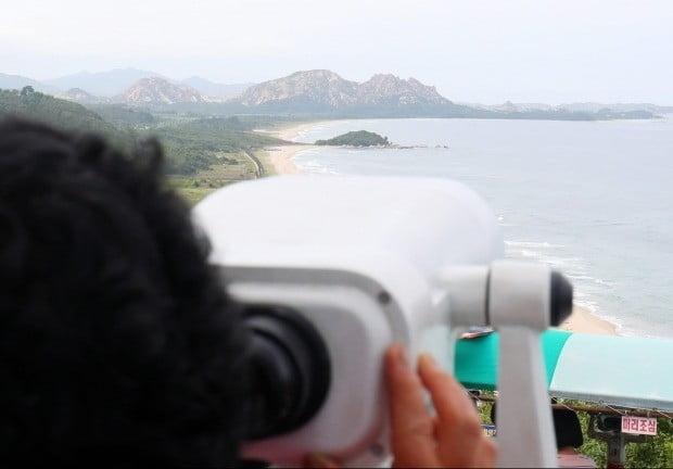 금강산 바라보는 관광객 (사진=연합뉴스)