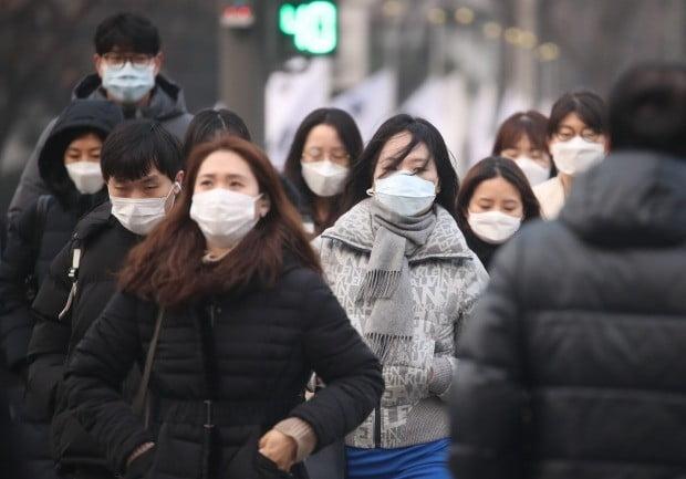 미세먼지 비상저감조치가 발령된 14일 오전 마스크를 쓰고 출근하는 시민들. / 사진=연합뉴스