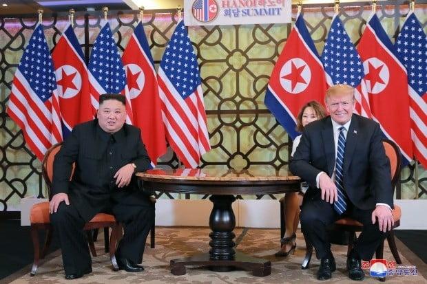 조선중앙통신은 김정은 국무위원장과 도널드 트럼프 대통령이 전날 베트남 하노이 메트로폴 호텔에서 단독회담, 확대회담을 했다고 1일 보도했다.(사진=연합뉴스)