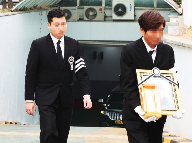 장례식장에서 나오는 이희진 씨 (사진=연합뉴스)
